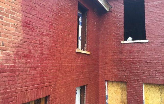 Monsieur l'inspecteur brique peinte, brique condamnée